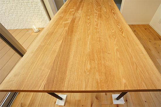 タモ材のダイニングテーブル
