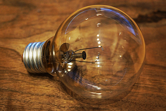 フィラメントの切れた白熱電球の画像
