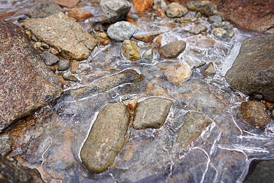 氷の張った落合川