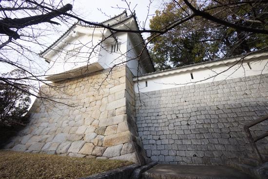 七州城の隅櫓を見上げた写真