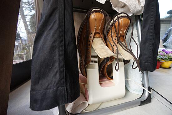 ズボンと靴を乾燥中の写真