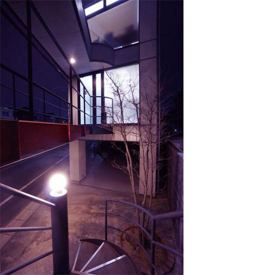 らせん階段と社屋の写真