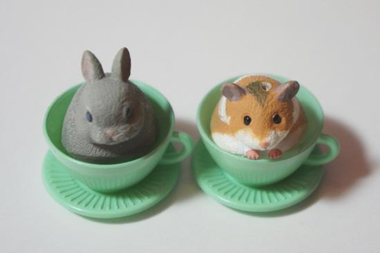 カップに入ったウサギとハムスターの玩具