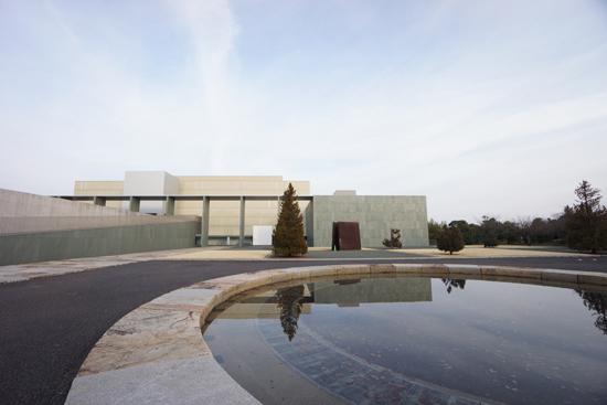 池越しに見える豊田市美術館のファサード