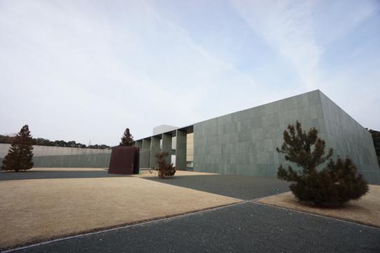 豊田市美術館と鉄のオブジェ