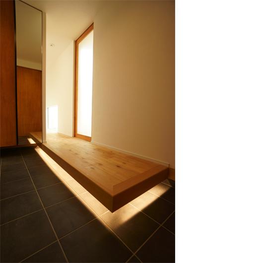 間接照明を玄関の上り框下に付けた写真