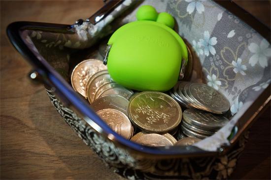 小銭を入れた和柄のがま口財布