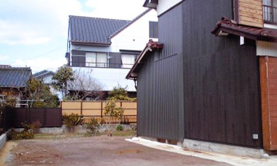 外壁の貼られた母屋