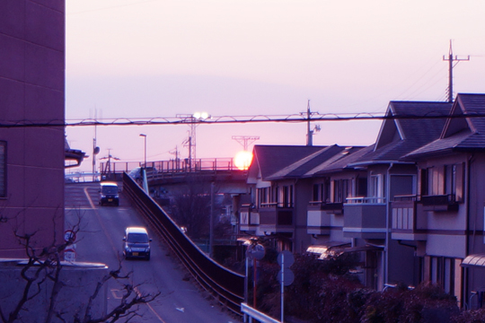 沈みかけの大きな夕日