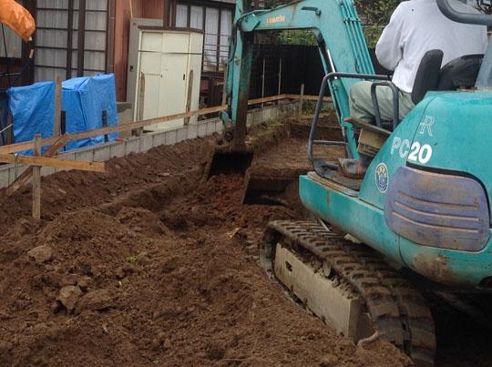 パワーショベルで地面を掘っている写真