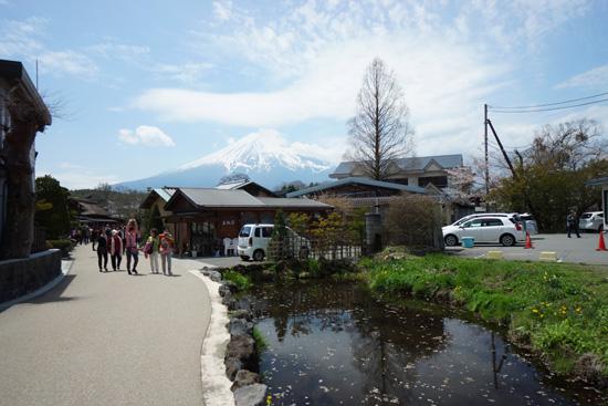 逆さ富士の映る忍野八海の鏡池