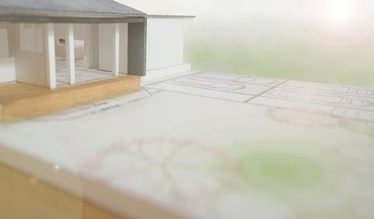 打合せ中の建築模型