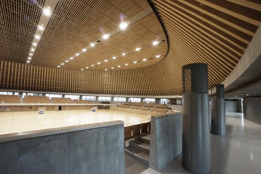 内藤廣建築設計事務所が設計した静岡県草薙総合運動場体育館の内部
