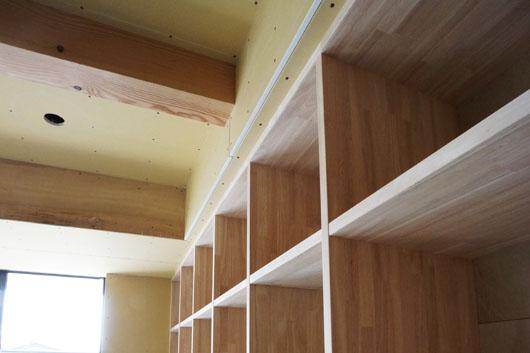 岡崎市の住宅 リビングにある作り付けの本棚