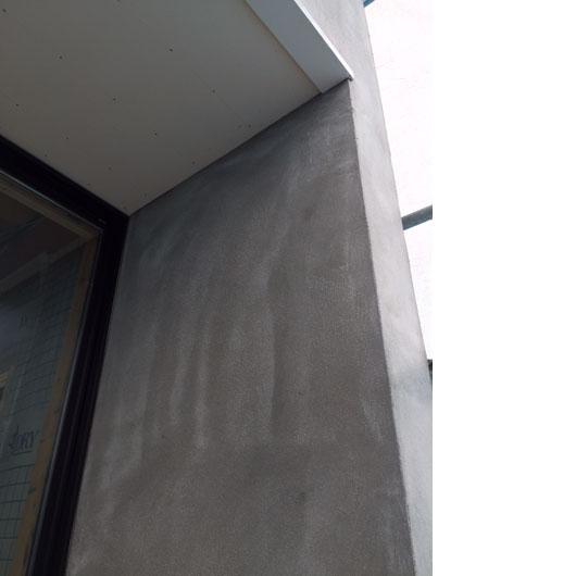 天井と壁ピッタリの窓