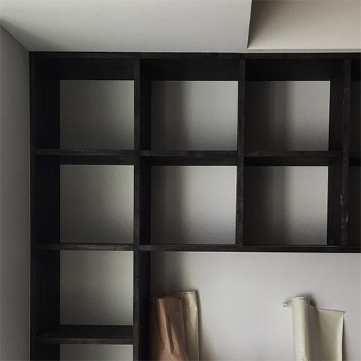 クロス(壁紙)が貼られたリビングの造作本棚の画像