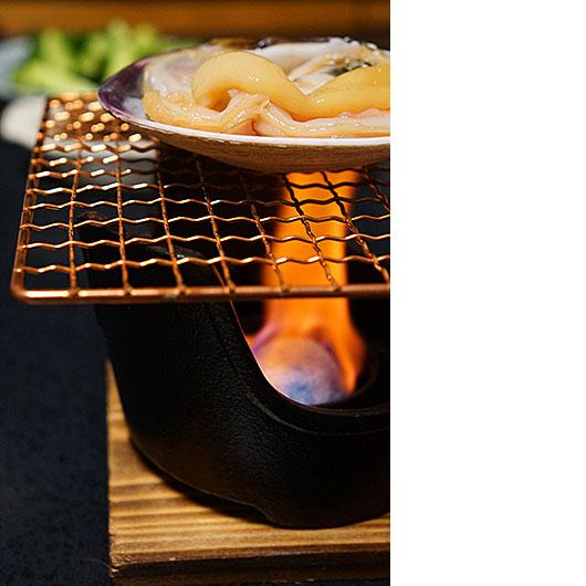 夕食の大あさりを固形燃料用コンロで焼いている画像