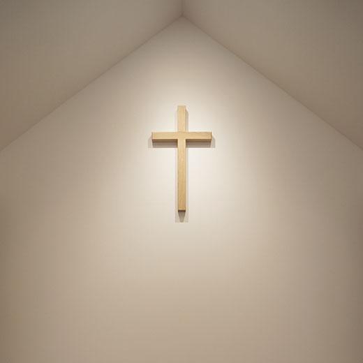 塗り壁に掛けられた十字架の画像