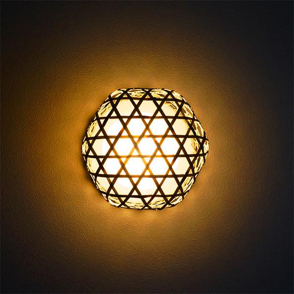 竹の六つ目かごを使った壁掛け照明器具の画像