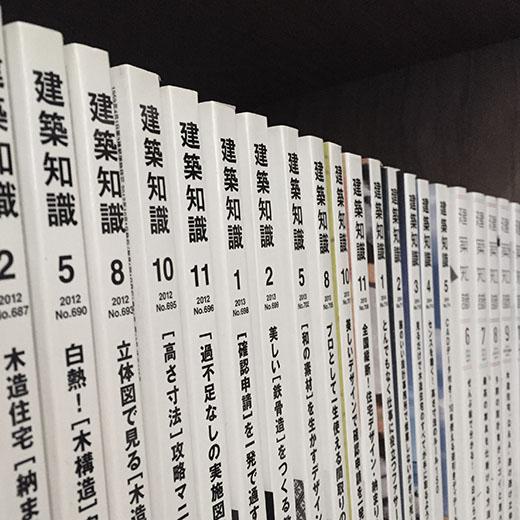 本棚に並べられた建築の参考書