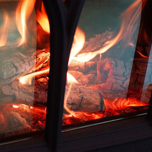 薪ストーブの中の炎の画像