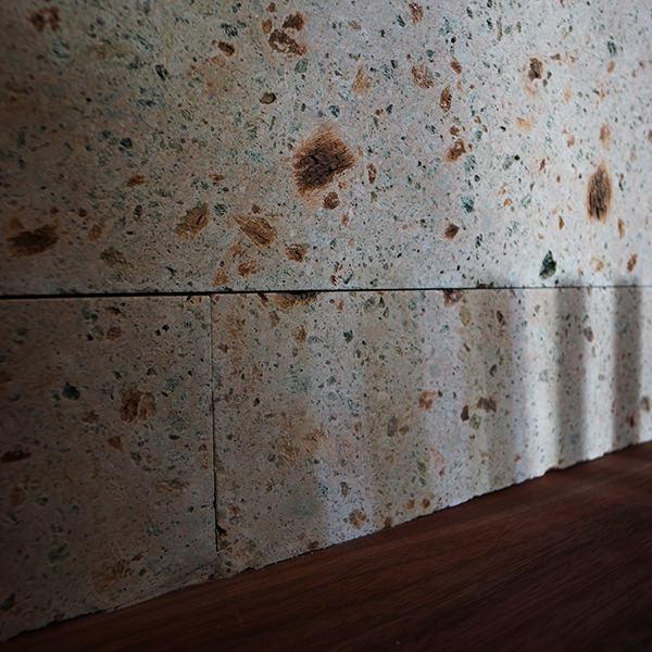 大谷石が貼られた腰壁の画像
