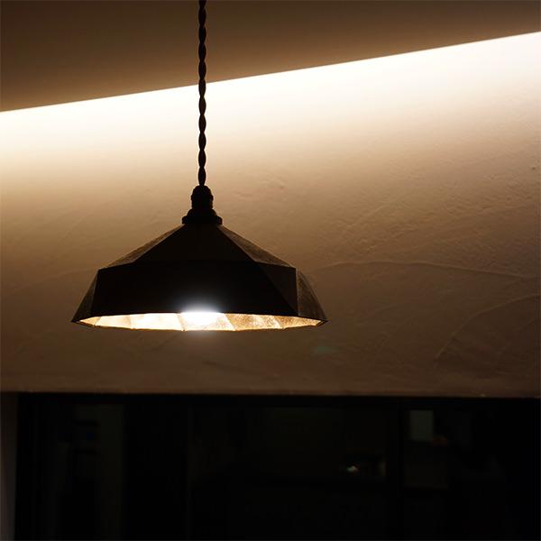間接照明とペンダントライトの画像