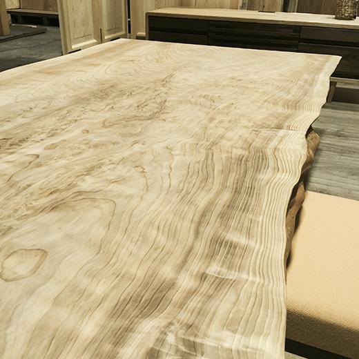 トチノキのウッドテーブルの画像