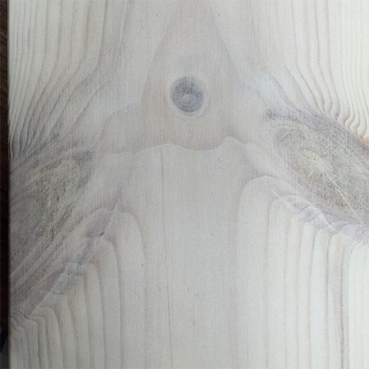 白く塗装されたパイン材の無垢フローリングの画像