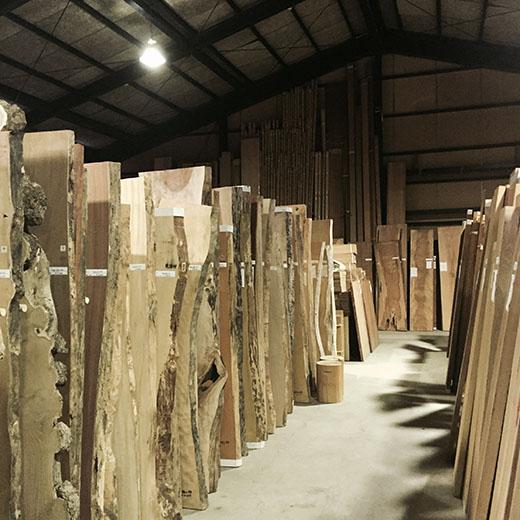 材木市場の建屋内の画像