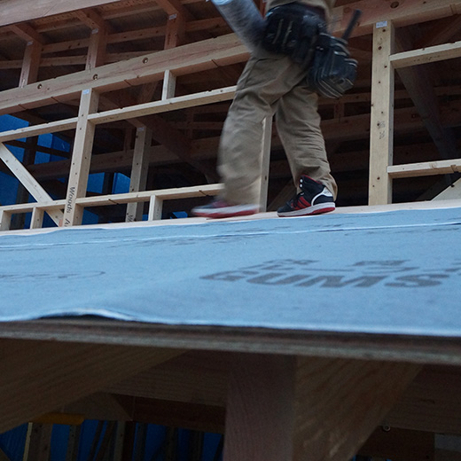 屋根のアスファルトルーフィングを葺いている写真