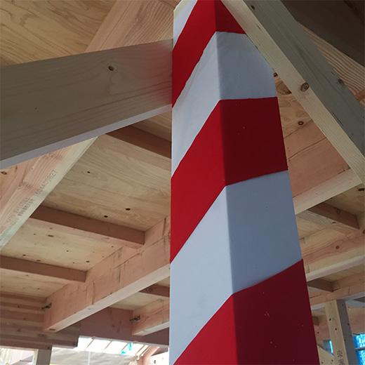 紅白の布が巻かれた柱