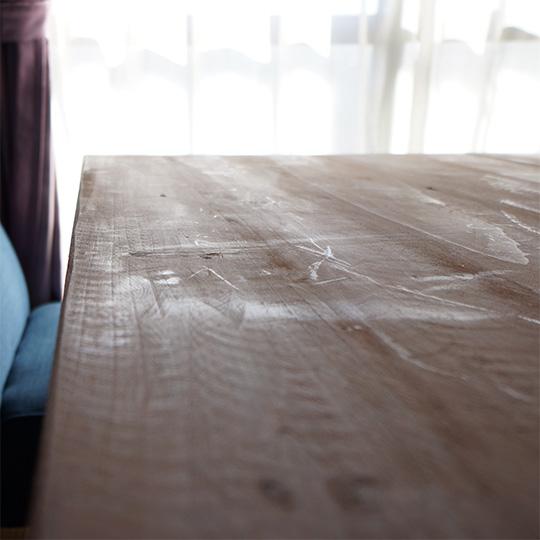 ラフな風合いのダイニングテーブルの写真