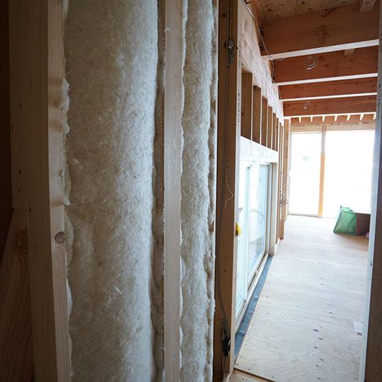 柱の間に施工された羊毛断熱材の写真