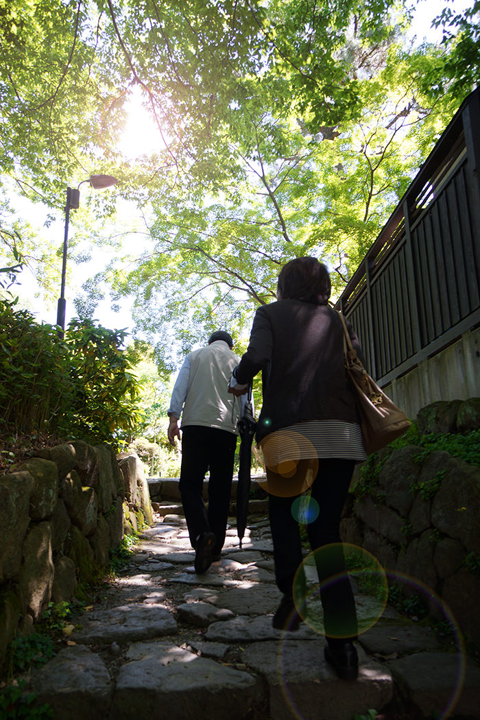 岡崎公園の石畳を歩く両親の写真