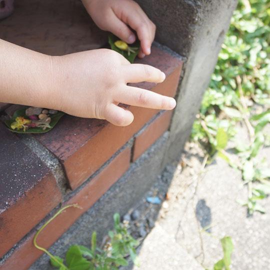 チャナンを置く子供の手