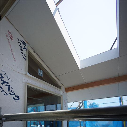 ウッドデッキ上部にある天窓の写真