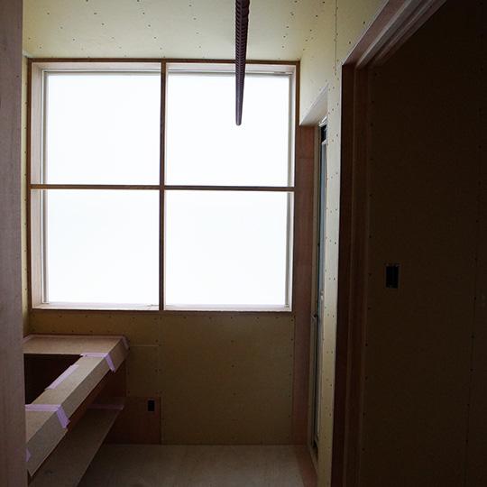 スリガラス 乳白色フィルムを貼った窓の写真