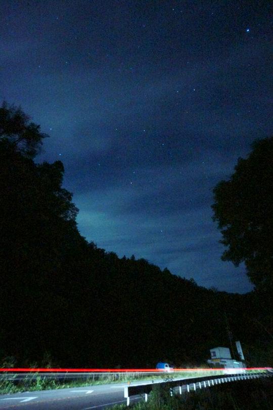 車のライトが写った星景写真