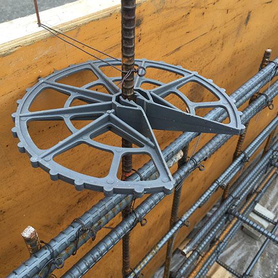 基礎工事で使用するスペーサーの写真