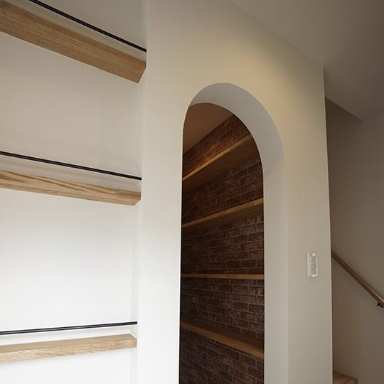 入り口がアール形状のパントリーとブックシェルフ