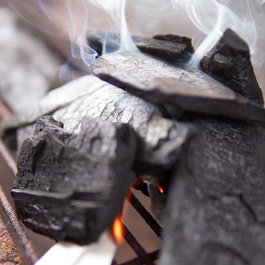 炭に火をつけている写真