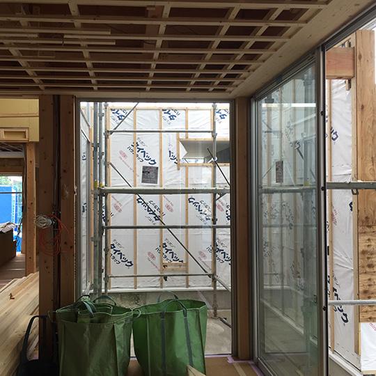 中庭に面して大きなガラス面をとったLDKの写真
