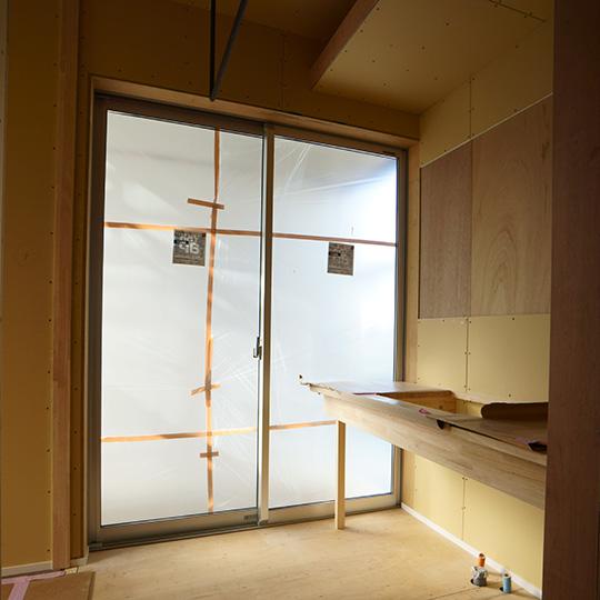 大きな窓のある洗面室