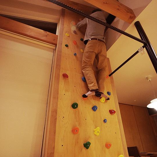 住宅にボルダリング用のクライミングウォールを作った例