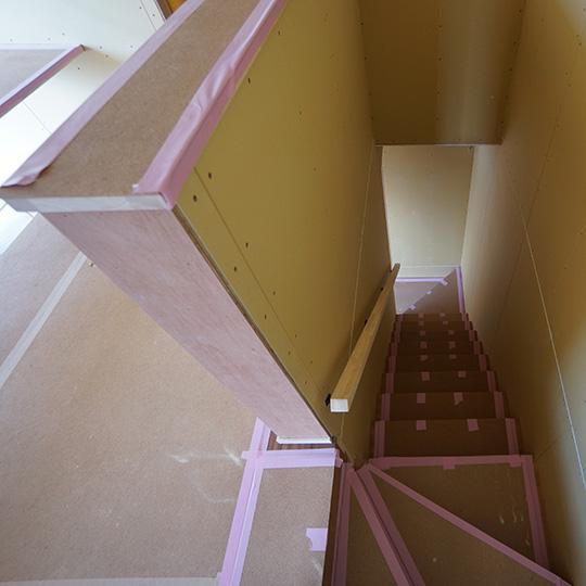 二階から見た階段の写真