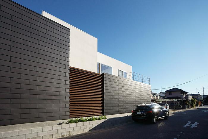 一文字葺の外壁と木製ルーバー