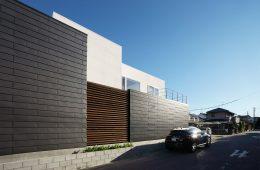 ガルバリウム鋼板一文字葺の外壁を使った住宅の外観写真