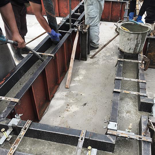 基礎立ち上がりのコンクリート打設をしている写真