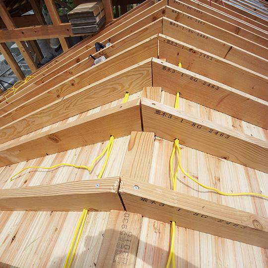 屋根の電気配線の写真